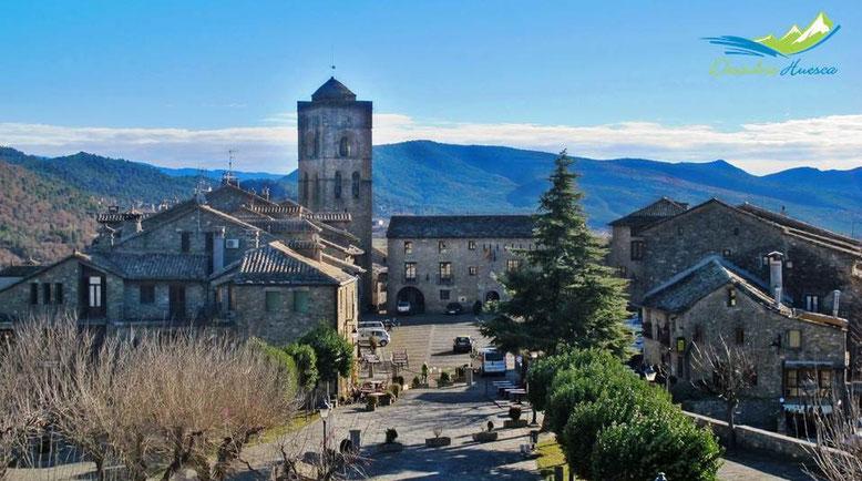 Plaza Mayor de Aínsa desde el Castillo.