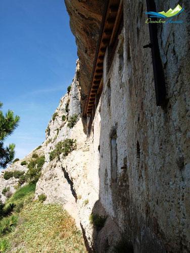 Casa del santero, bajo la roca.