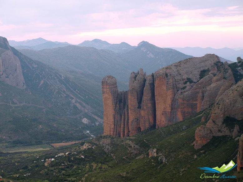 Los Mallos de Riglos desde el mirador de Sarsamarcuello, Huesca.